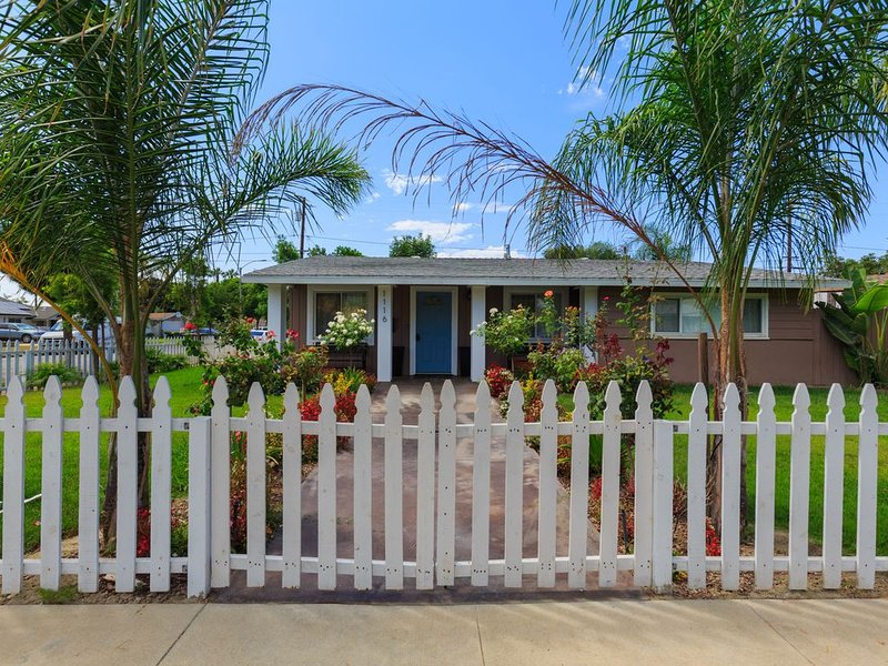 Nicely furnished one story house walking distance from Disneyland in Anaheim, alquiler vacacional en Fullerton