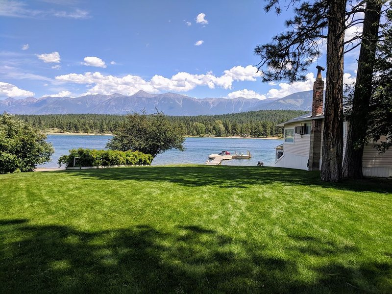 Lakefront Cabin With Outstanding Views Of Wasa Lake & The Rocky Mountains, casa vacanza a Wasa