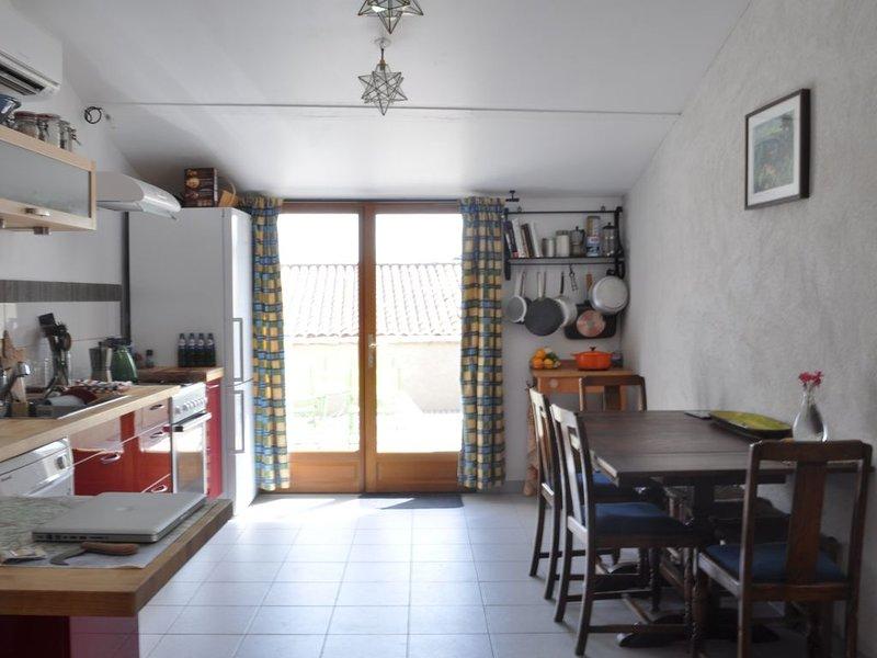 Renovated Medieval House in Charming Provencal Village, location de vacances à Pourrieres