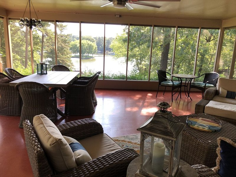 Perfect  lakefront home with awesome large screen room for family fun!!!, holiday rental in Lake Hamilton