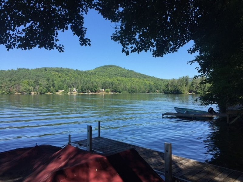A beautiful family camp/Lake House on Loon Lake in the Adirondacks in NYS, alquiler de vacaciones en Bakers Mills