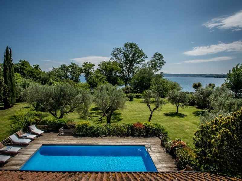 Amazing beachfront location, direct access to the lake, private beach, near Rome, holiday rental in Manziana