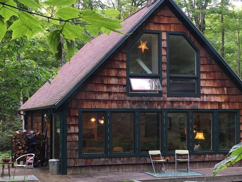 Beaver Island Chalet 2BR, 2BA sleeps 6+, big windows overlooking lovely woods., alquiler de vacaciones en Beaver Island