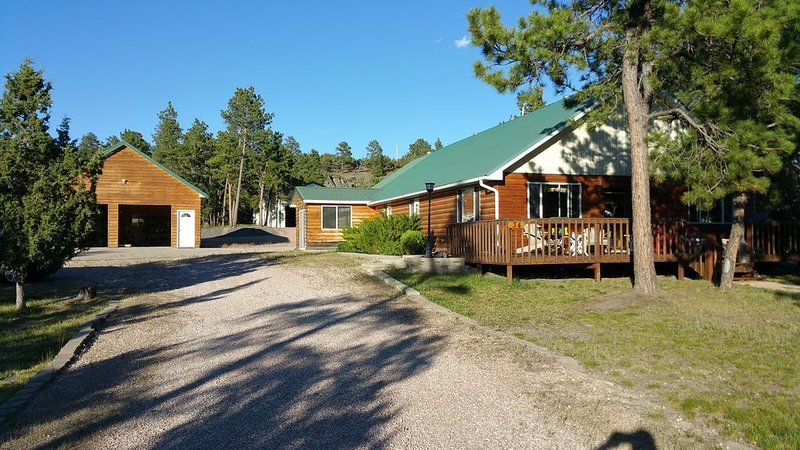 Whispering Pines Cabin Secluded Get Away; Close Enough But Not Too Far, casa vacanza a Devils Tower