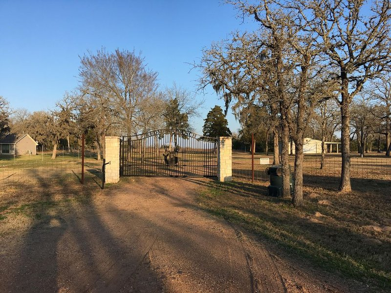 Central Tx House and/or Cabin on 3 acres w/ potential access to 800 acre ranch, location de vacances à Schulenburg