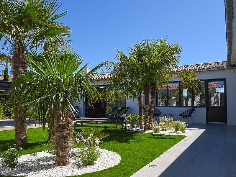 Maison neuve 2018 piscine chauffée centre Bois Plage jardin paysagé parking priv, holiday rental in Ile de Re