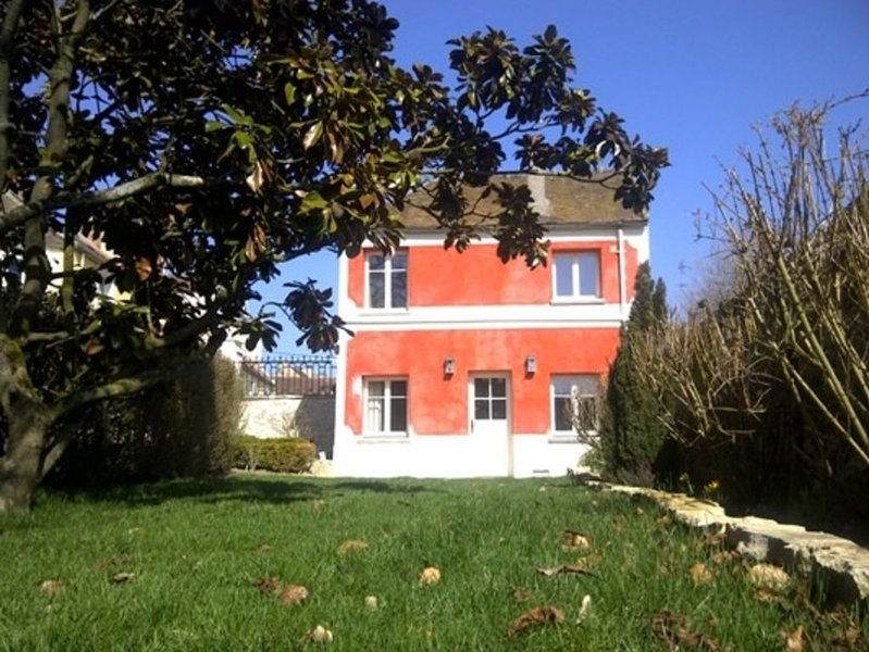 Little Red House, ideal for couple, private garden, in large secluded grounds, vacation rental in Yvelines