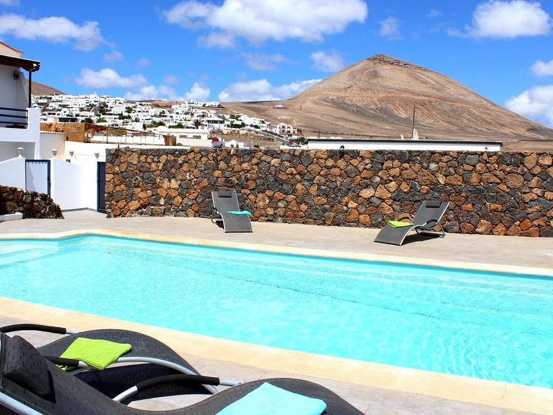 New Luxury House With Huge Private Biological Salt Water Heated Pool, vacation rental in Tias