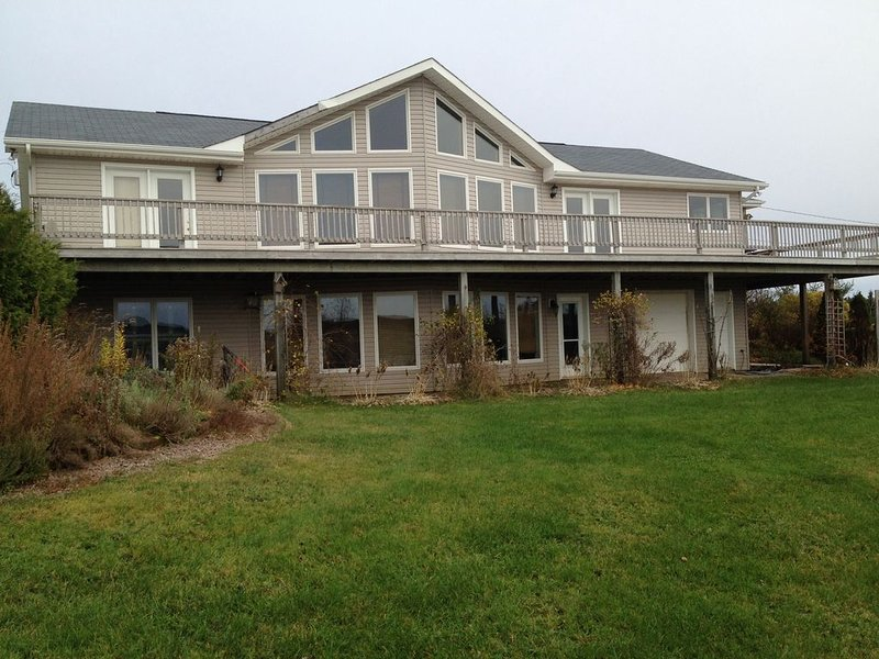 , Beautiful Water Front, Open Concept Home., vacation rental in Hunter River