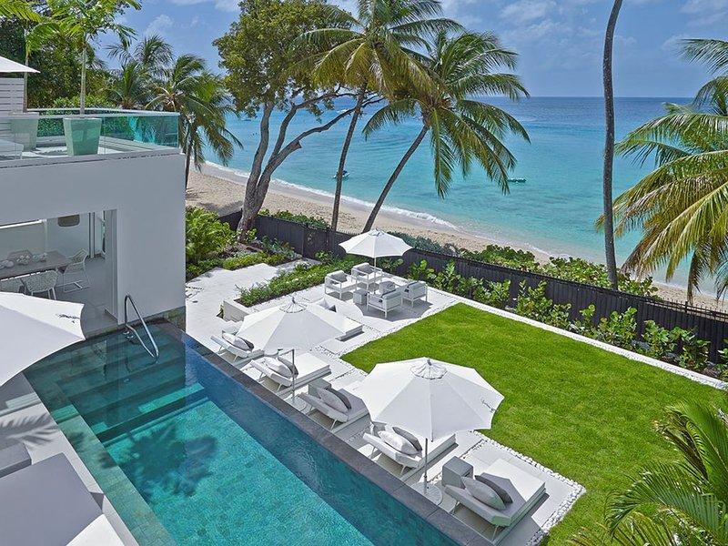 FOOTPRINTS VILLA BARBADOS* BEACHFRONT VILLA - FULLY STAFFED, holiday rental in The Garden