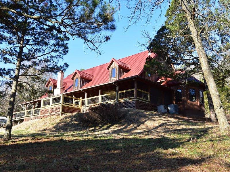 550 acre ranch with log home that sleeps 15+ adjoins Kings River, location de vacances à Huntsville