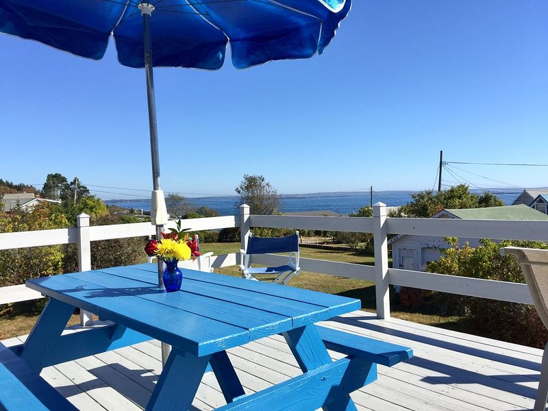 Classic Maine Cottage with astonishing easterly views located walking distance t, holiday rental in Orrs Island