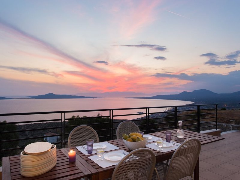 Unforgettable sunsets over the bay of Neapoli, many beautiful beaches in area, location de vacances à Velanidia