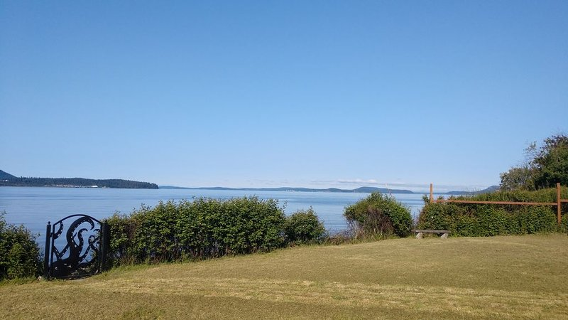 REMARKABLE BEACH LIVING! Loaded with fun!, vacation rental in Anacortes