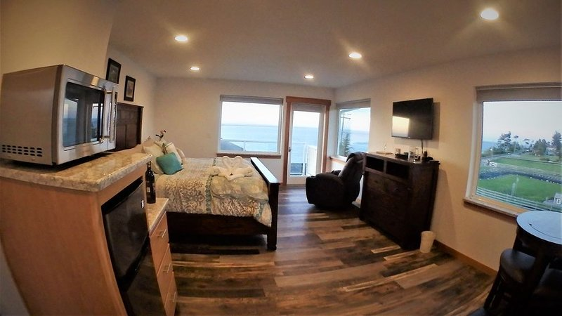 Beachfront Sunrise Room 3 * Banana Belt Dreams, vacation rental in Sequim