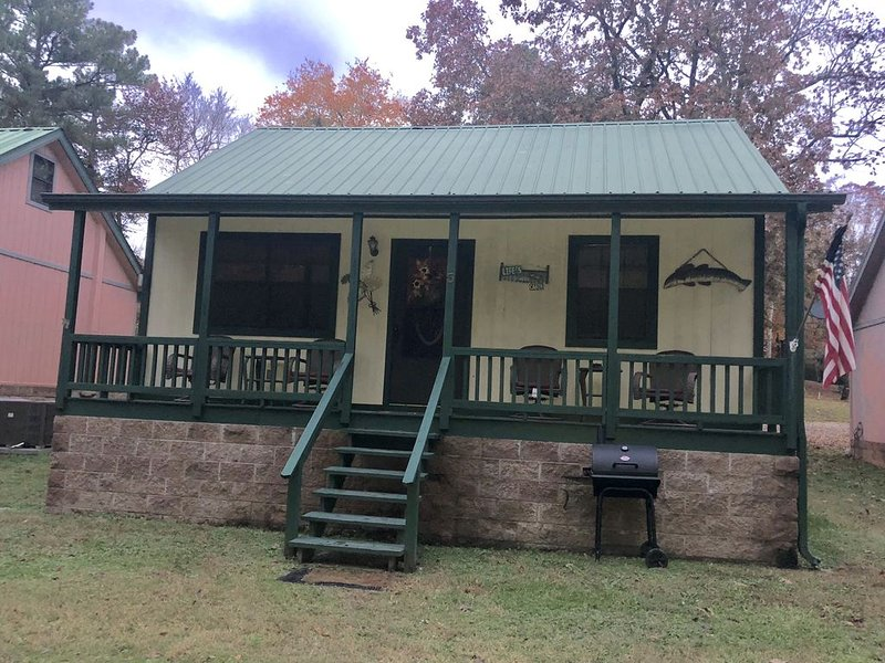 Cozy Lake Cabin located on Lake Hamilton, mins away from downtown and Oaklawn, holiday rental in Pearcy