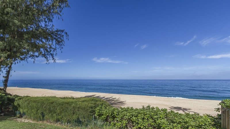 Beachfront Cottage at Log Cabins, holiday rental in Haleiwa