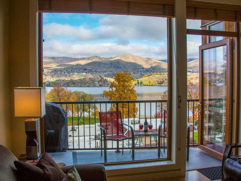 Top-floor luxury penthouse suite w/spectacular views, steps to lake/pool/hot tub, aluguéis de temporada em Chelan