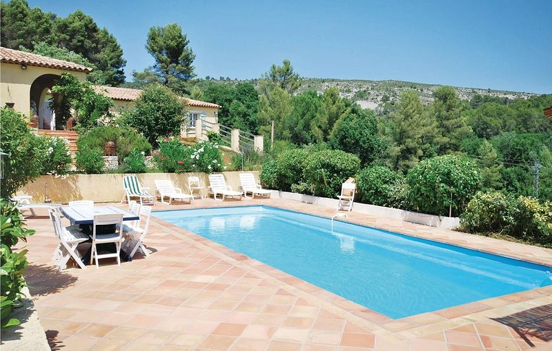 5 bedroom accommodation in Salernes, location de vacances à Sillans-la-Cascade