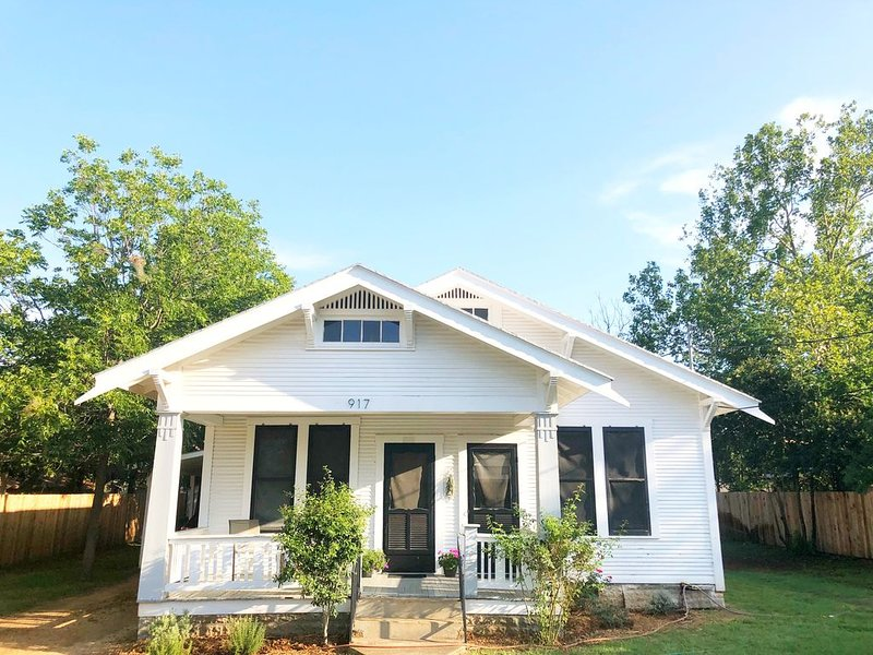 The Bell House | Modernized Bungalow Near Main Street & Hwy 290 Wineries, holiday rental in Fredericksburg