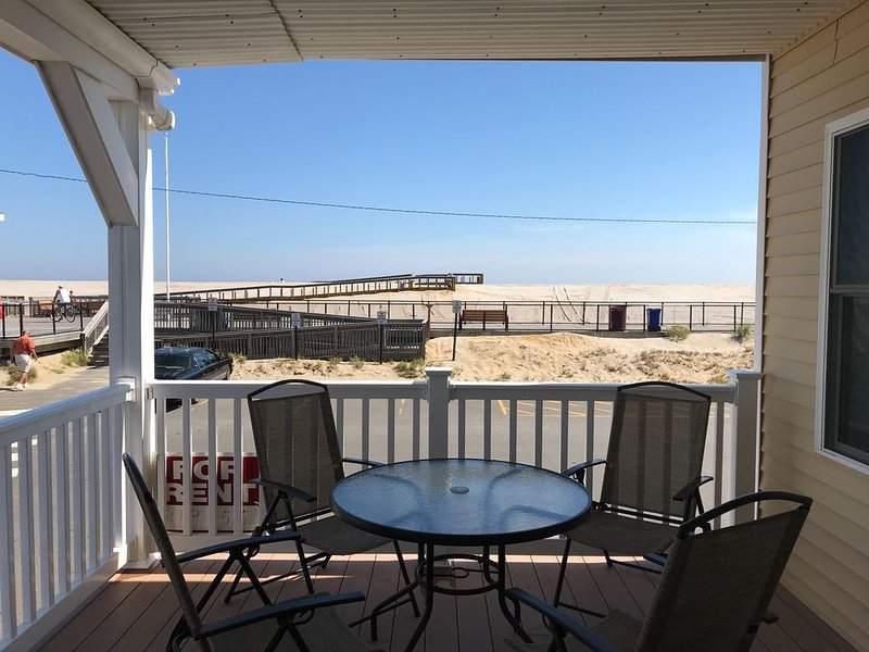 Oceanfront 2 family house 1st floor unit,3yr new, beach front, parking,badges, location de vacances à Ortley Beach