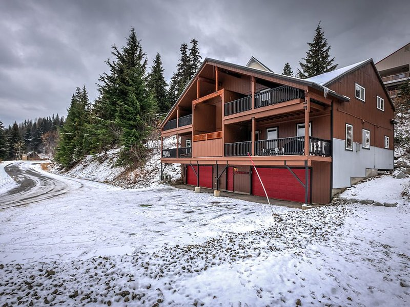 Large and well appointed. Steps to lift, sleeps 15 comfortably, with hot tub!, holiday rental in Colburn