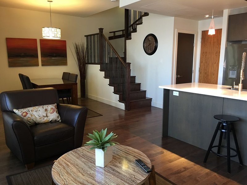 Awesome Millrise 2 bed condo close to Transit, Fish Creek station, Macleod Tr., casa vacanza a De Winton