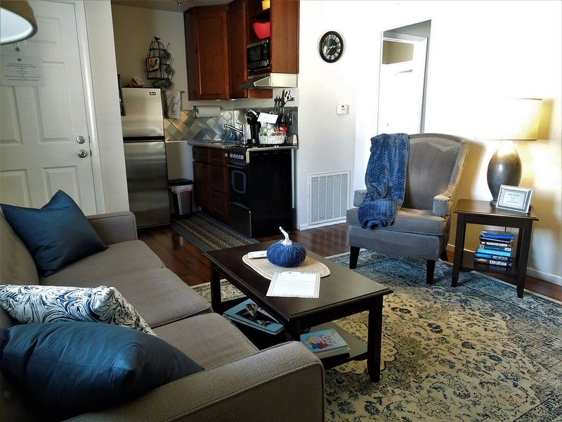Cozy Cottage*Pet Friendly* Walk to Old Roseville, vacation rental in Fair Oaks