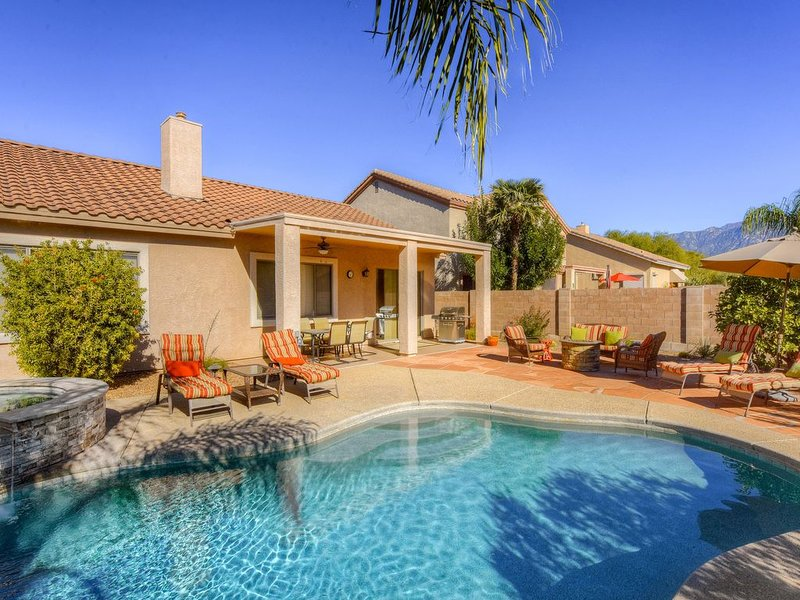 Roomy, contemporary home w/ private pool, hot tub & outdoor entertaining area!, location de vacances à Oro Valley