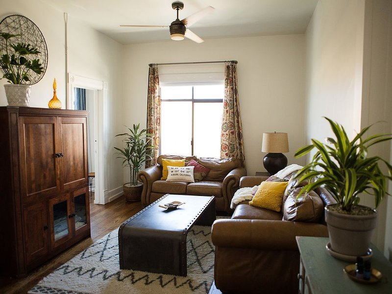 Newly renovated 1889 loft/ apartment located in Historic Downtown Auburn, casa vacanza a Pilot Hill
