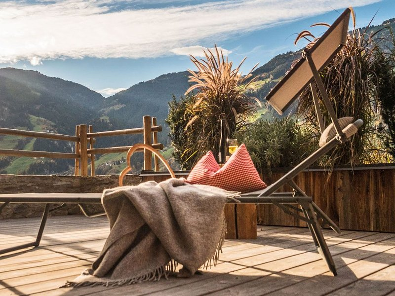 New, luxurious holiday home with parking garage near famous Mayrhofen, holiday rental in Hippach