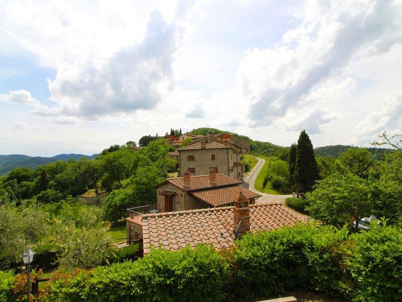 Un antichissimo piccolo borgo in pietra posto in posizione panoramica e a pochi, holiday rental in Palazzo del Pero
