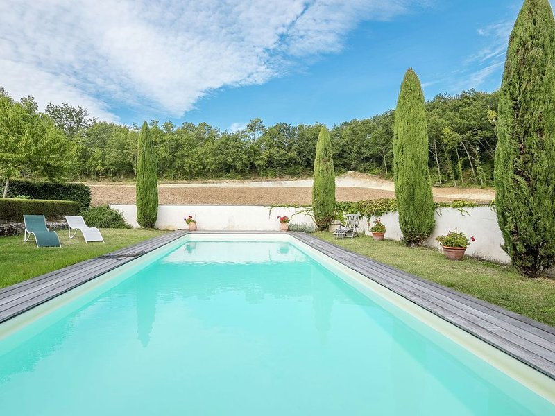Cozy Holiday Home with Swimming Pool close to Saint-Émilion, holiday rental in Belves-De-Castillon