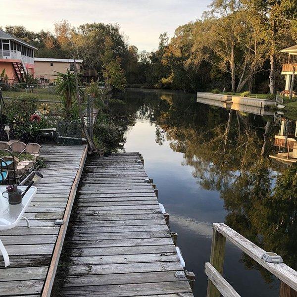 Your River Retreat...2 Bedrooms/2 Baths/Large Screen Porch On Water....Sleeps 6, vacation rental in Weeki Wachee