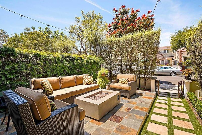 LUXURY, Private, bright gorgeous home- rooftop deck, 2 blocks to the beach, casa vacanza a Corona del Mar