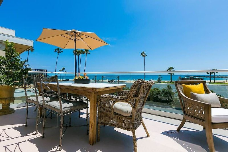 Large 3-Story Ocean View House Right Across the Beach Pet Friendly!, casa vacanza a Corona del Mar