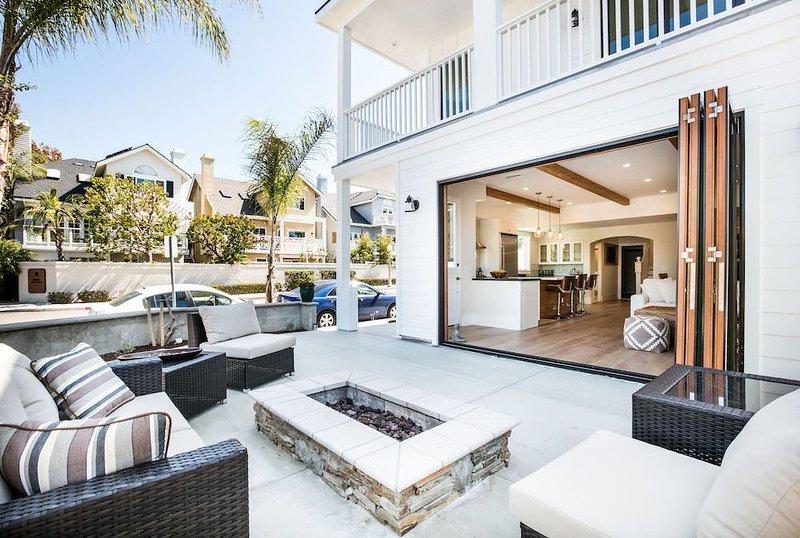 Lux contemporary ocean view house w/ rooftop deck, outdoor firepit, casa vacanza a Corona del Mar