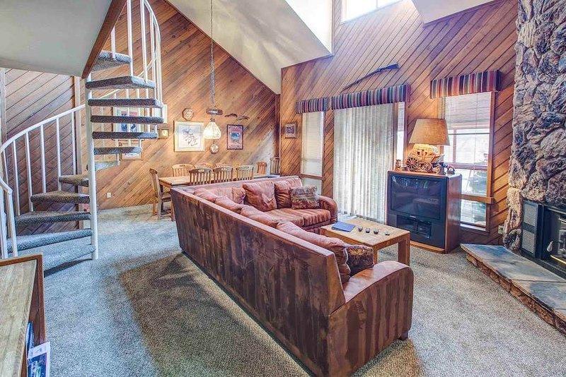 Spacious 3 bedroom plus loft that sleeps 8, Aspen Creek #204, Walking distance, alquiler de vacaciones en Lagos Mammoth