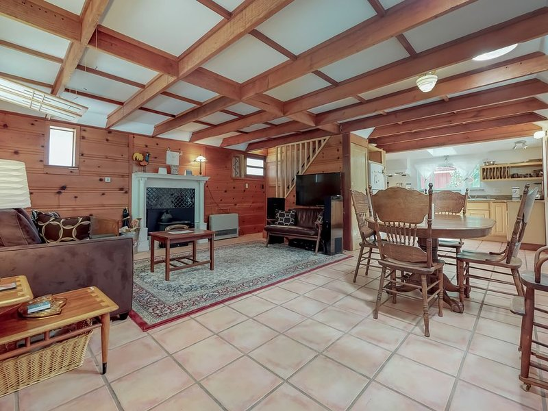 Serene creekside home w/ private hot tub & deck - close to river/woods, dogs OK!, location de vacances à Guerneville