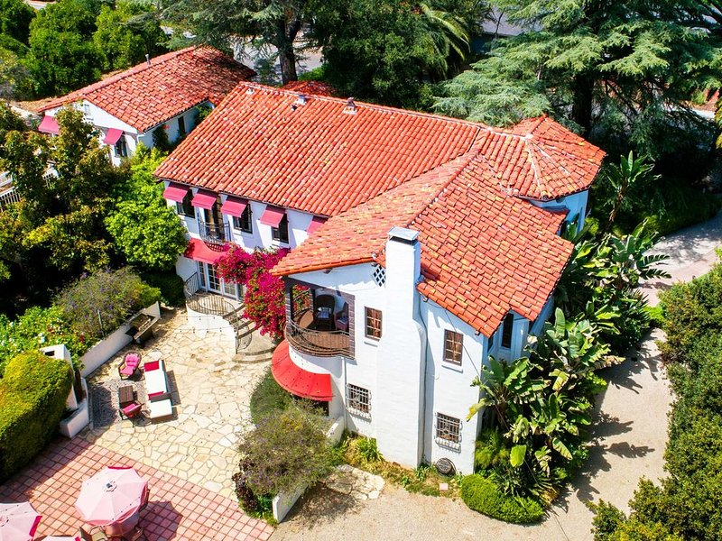 Grand Spanish Mansion with Game room & dipping pool on an Alpaca Farm, casa vacanza a Oak View
