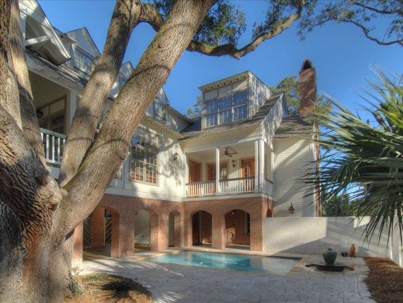 Gorgeous Custom Home, 7BR, 2 porches, 3min to beach, pool, elevator, ping pong, location de vacances à Sea Island