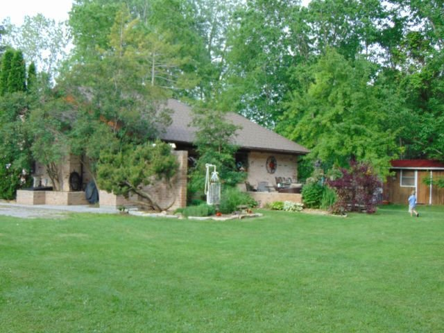 Family Cottage Rental Across From Ausable River With Boat Dock, holiday rental in Lambton Shores