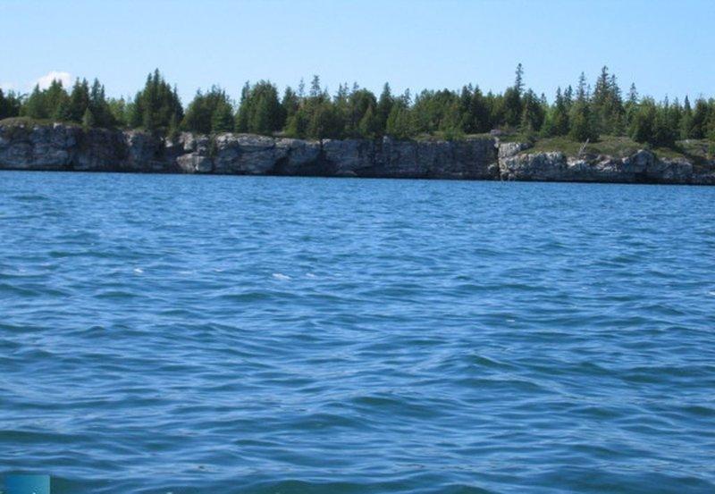 Die Beautiful Leask Bay, die Teil der größeren South Bay von Manitoulin Island ist. Das Wasser ist frisch und klar! In Leask Bay können Sie Wasserski fahren, Kanu fahren und den schönen heißen Sommertag genießen.