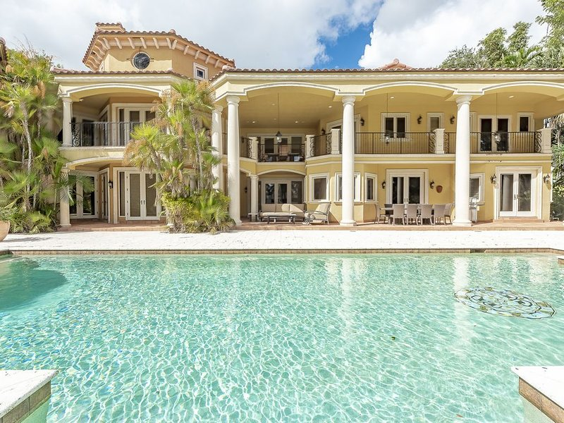Luxurious Quiet Tranquil Private 7000 SF Gated Waterfront Estate 6 Bed/8 Baths, alquiler de vacaciones en Fort Lauderdale