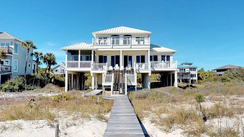 FREE BEACH GEAR! Beachfront, Plantation, Screened Porch, Fireplace, 4BR/3.5BA 'S, holiday rental in Apalachicola