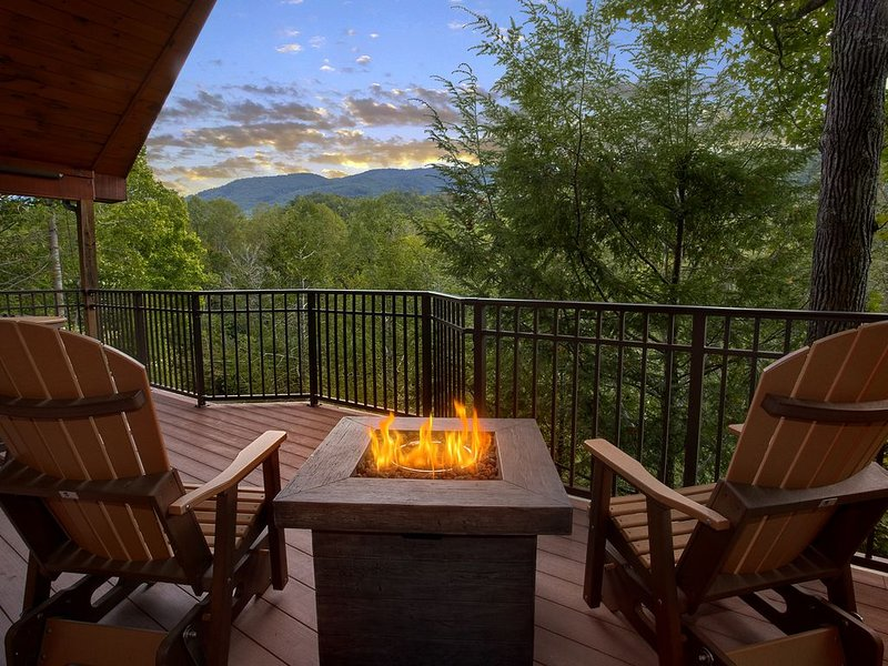 Enjoy the views from your own Private and Romantic 1 bedroom Cabin!, vacation rental in Gatlinburg