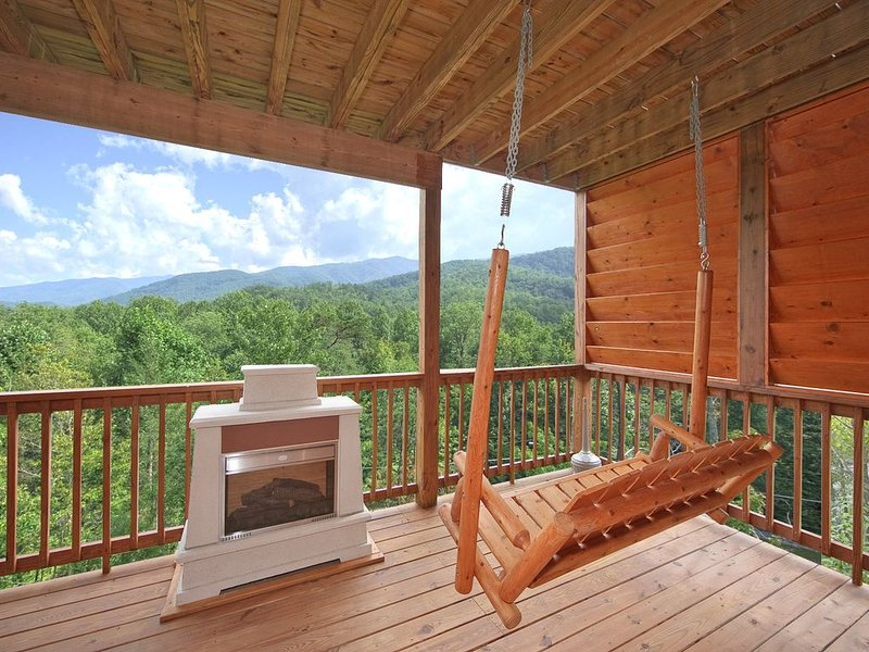 Beautiful Views from this 1 Bedroom Luxury Cabin!, holiday rental in Gatlinburg
