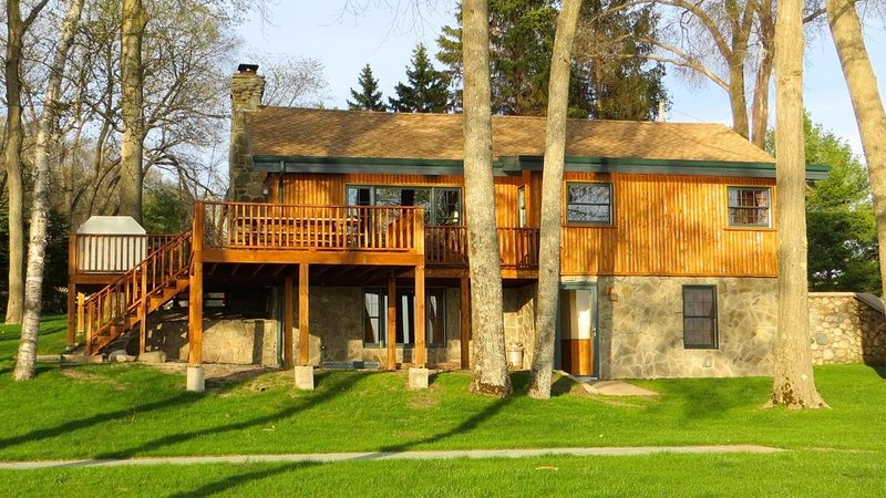 Water Front,Boating,Fishing,Romantic & Rustic -Cabin on Burt Lake Michigan, holiday rental in Topinabee
