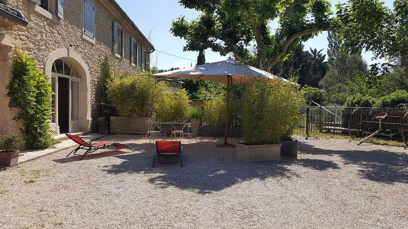 Charmant appartement de plain-pied au sein d'un mas typiquement provençal, holiday rental in Lagnes
