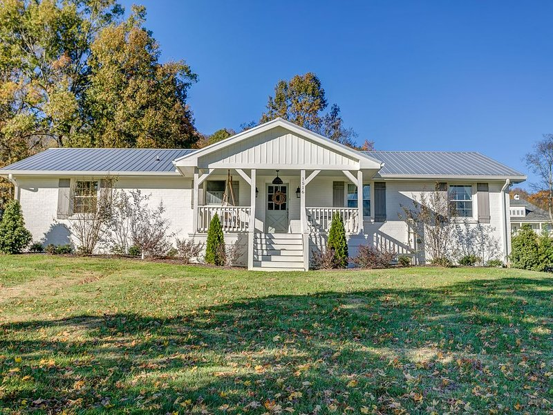 Cozy Cottage located in Franklin, TN on a 6 Acre Mini Farm, vacation rental in Franklin